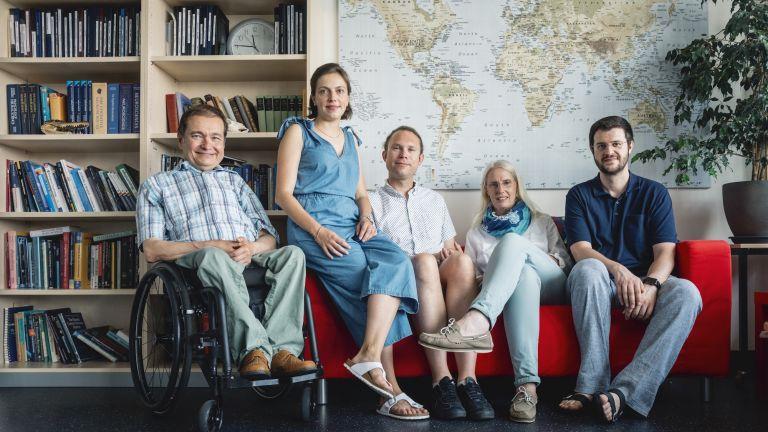 Das Bochumer Forschungsteam: Prof. Dr. Dr. h. c. Onur Güntürkün, Caroline Schlüter, Privatdozent Dr. Sebastian Ocklenburg, Dr. Marlies Pinnow und Dr. Erhan Genç (von links)