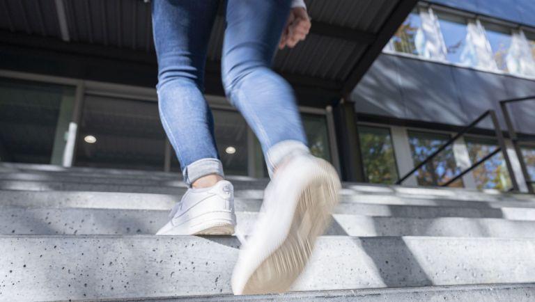 Selbst Alltagsaktivitäten wie Treppensteigen können sich sich positiv auf das seelische Wohlbefinden auswirken