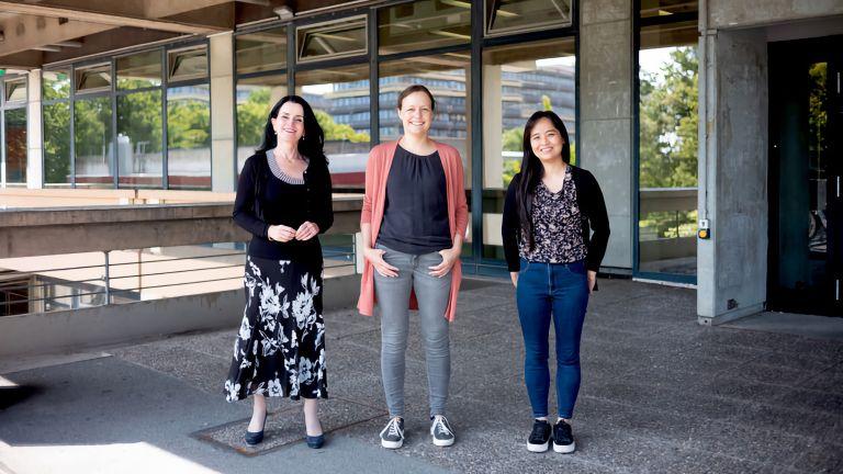 Denise Manahan-Vaughan, Christina Strauch und Thu-Huong Hoang (von links) beschäftigen sich mit dem Geruchssinn