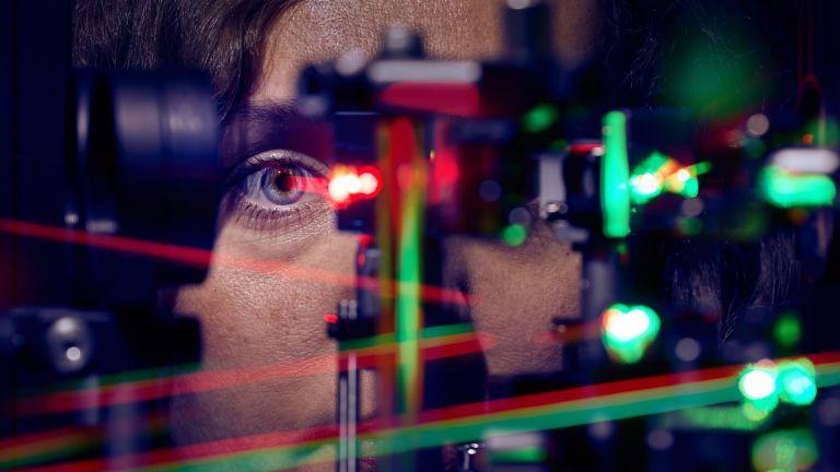 Die Erstautorin - Jenny L. Reiniger bei der Messung am Laser-Ophthalmoskop