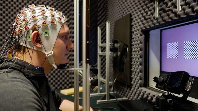 Autopilot im Kopf: Probanden mit EEG-Kappe helfen der Neurophysik, Hirnaktivitäten zu studieren.
