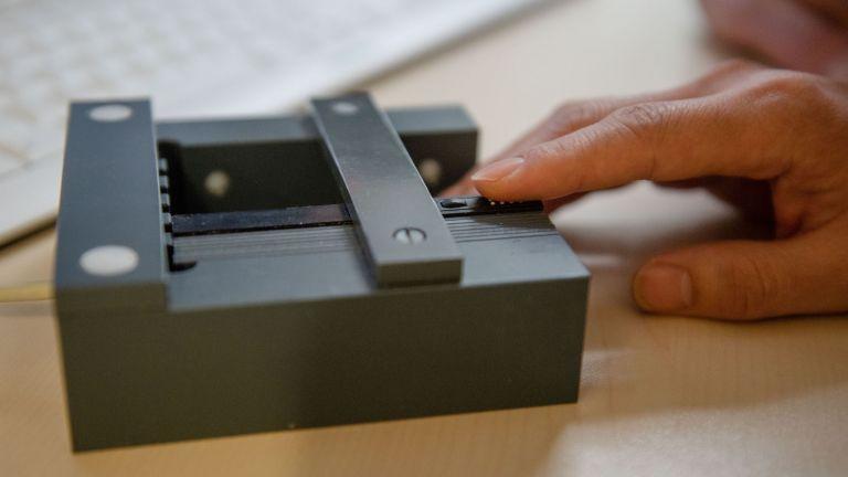 Mithilfe dieser Apparatur erfolgten die sensorische Stimulation an den Fingern.