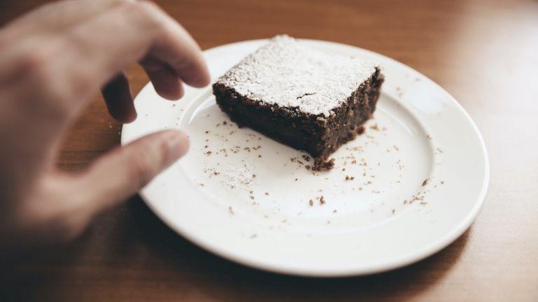 """Vorsicht Versuchung: Wenn wir den Kuchen vor den Augen haben, greifen wir sehr wahrscheinlich zu. Wir können uns aber selbst zu gesünderer Ernährung verhelfen, wenn wir Süßes wegpacken und lieber gesundes Obst offen aufstellen. Wissenschaftler empfehlen dieses Prinzip des """"Self-Nudging""""."""